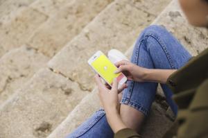 femme-tenant-smartphone